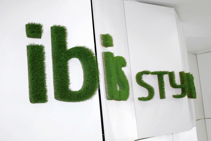 Ibis Hotel Logo aus Gras als Beispiel für Corporate Design Anwendung