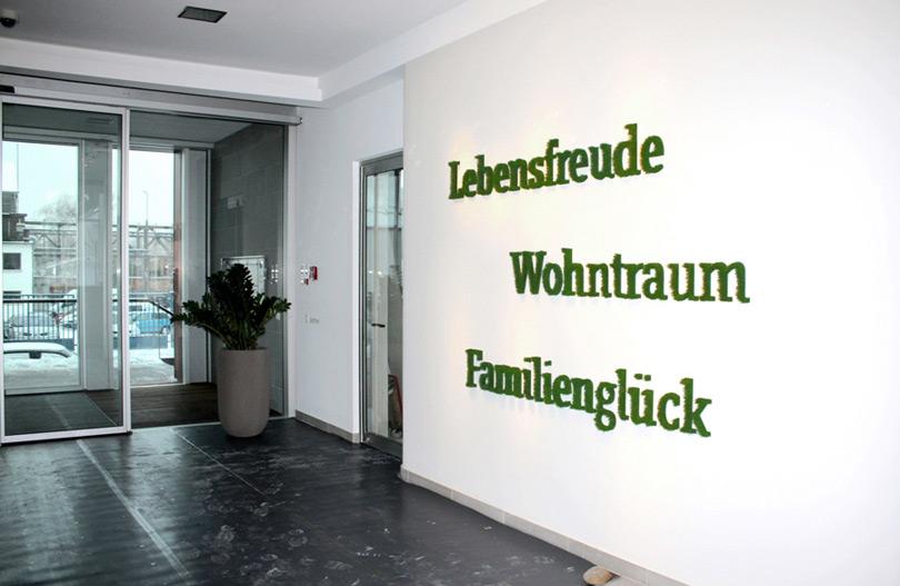 Wandgestaltung mit drei Wörtern aus Gras