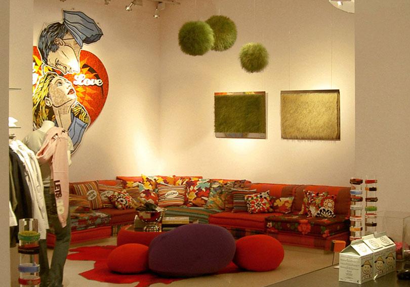 Installation im Raum mit Graskugeln
